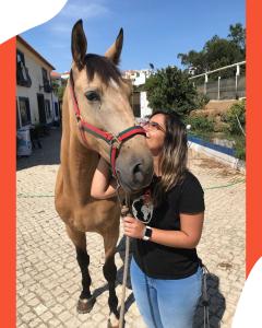 Sara Lopes wearing an e.near t-shirt and her pet horse - e.near pet-friendly company Portugal